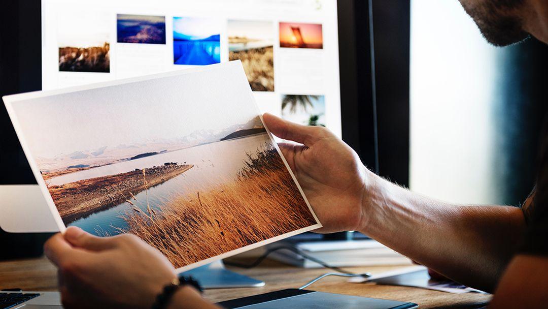 Hombre con una fotografía en la mano